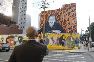 AEREAS - CURITIBA, 11/04/2013 - PARANA - Painel finalizado pelo projeto de artistas Motion Layers no centro de Curitiba, na esquina das ruas Tibagi e XV de Novembro - Foto: Daniel Castellano / AGP / Agencia de Noticias Gazeta do Povo
